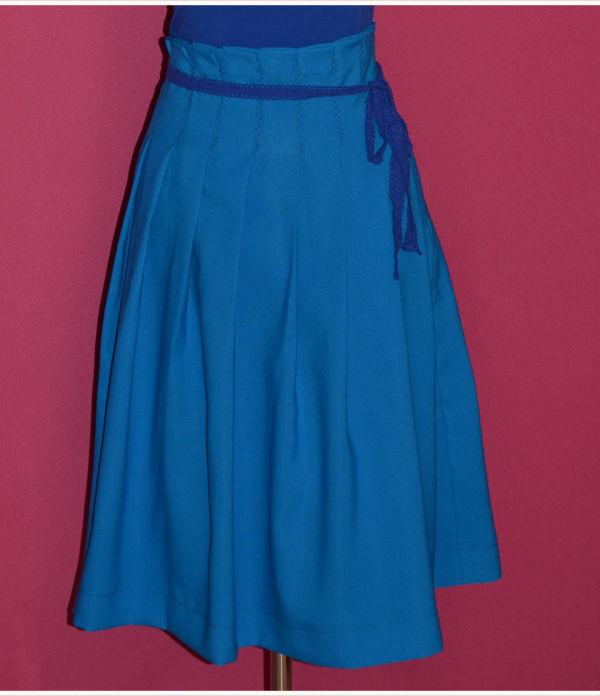 Midi-Faltenrock in strahlendem Blau
