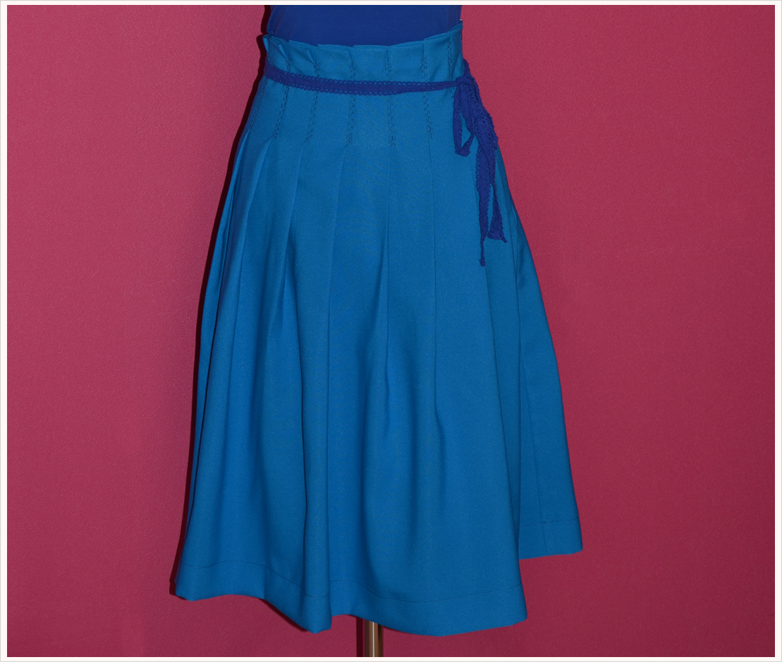 Fashion-DIY: Midi-Faltenrock in strahlendem Blau