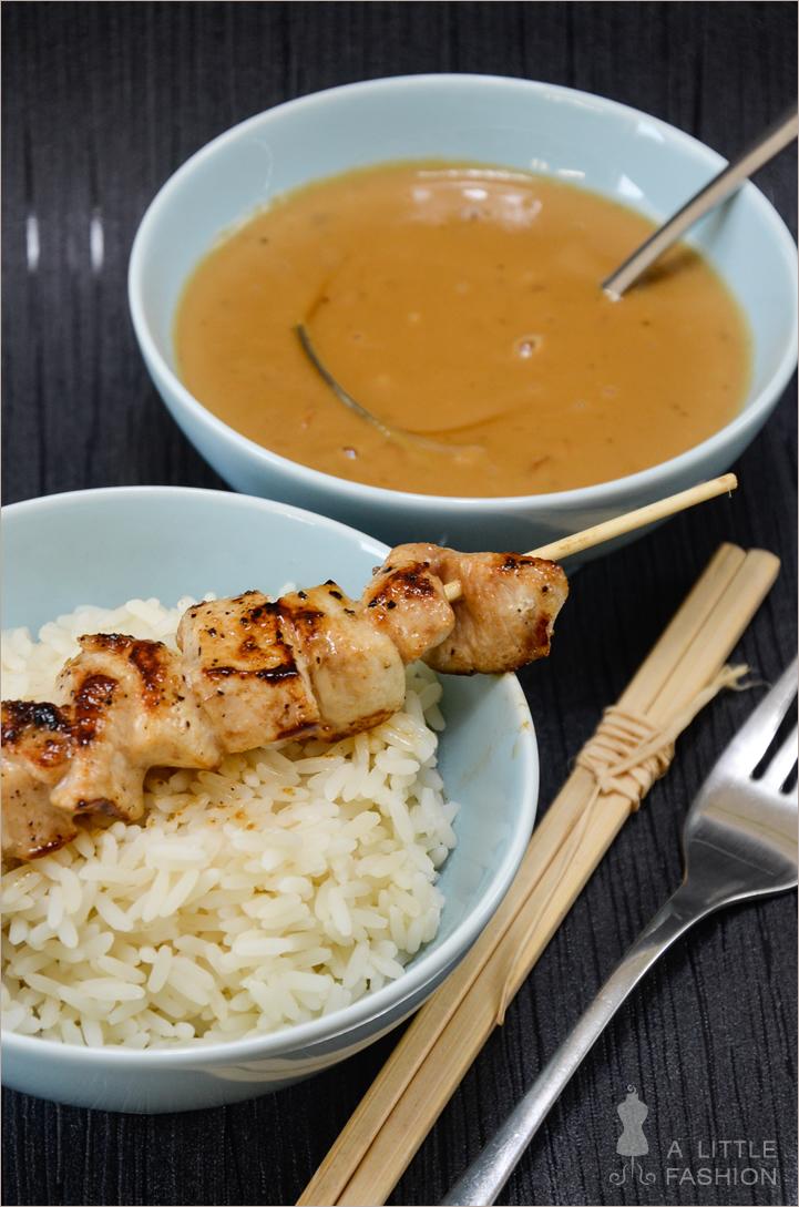 Hähnchenspieße mit Erdnuss-Soße und Reis