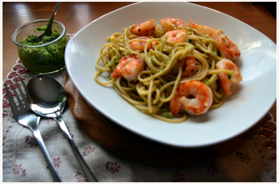 Vollkornnudeln mit grünem Pesto und Scampi