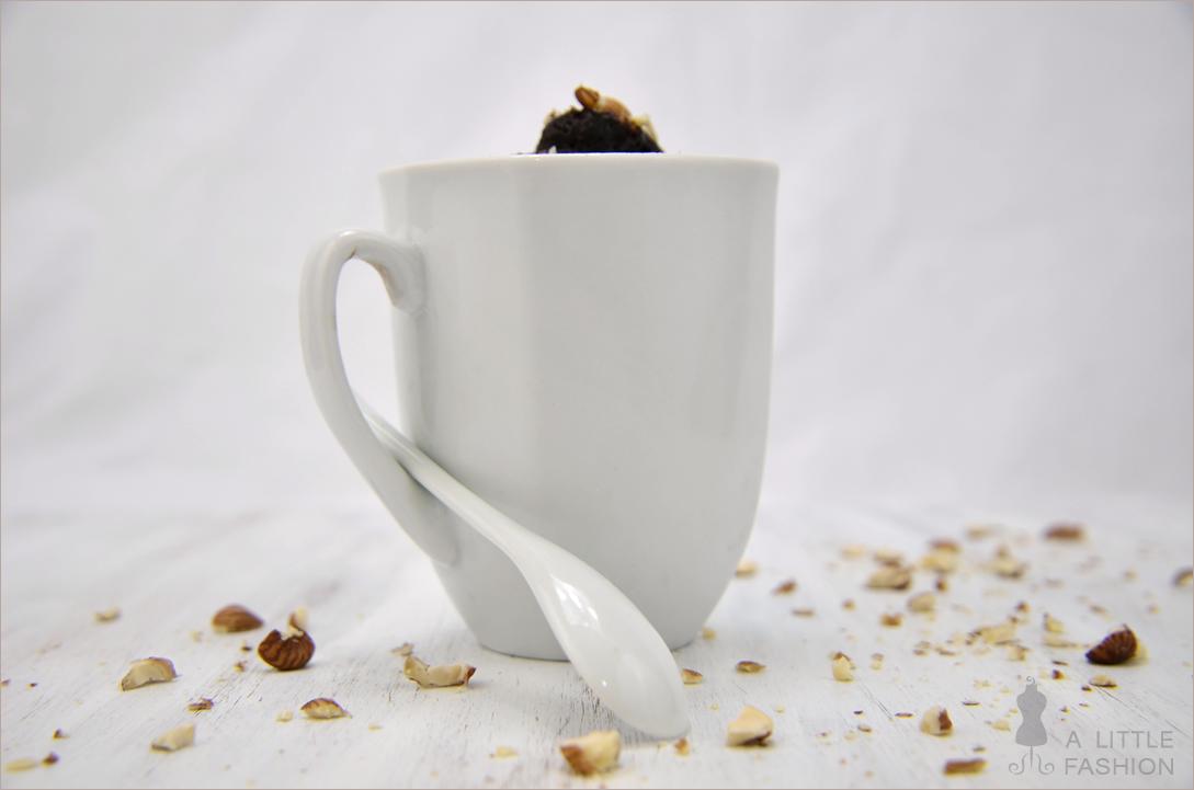 Nutella-Tassenkuchen mit Haselnüssen