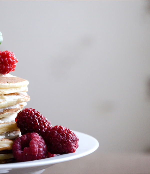 Pancake cake mit Himbeeren und Basilikum-Mascarpone-Creme