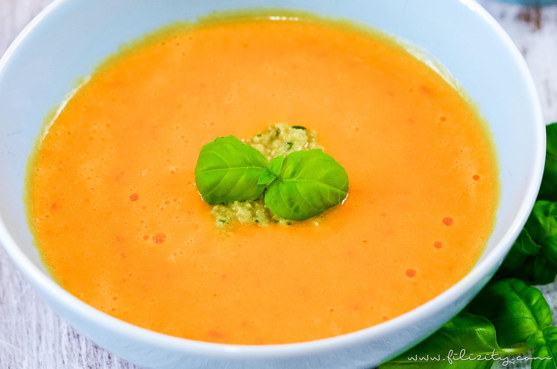 Rezept für mediterrane Paprika-Cremesuppe mit Olivenpesto als perfekte Vorspeise | Filizity.com | Food-Blog aus dem Rheinland #vegetarisch #suppe #soulfood