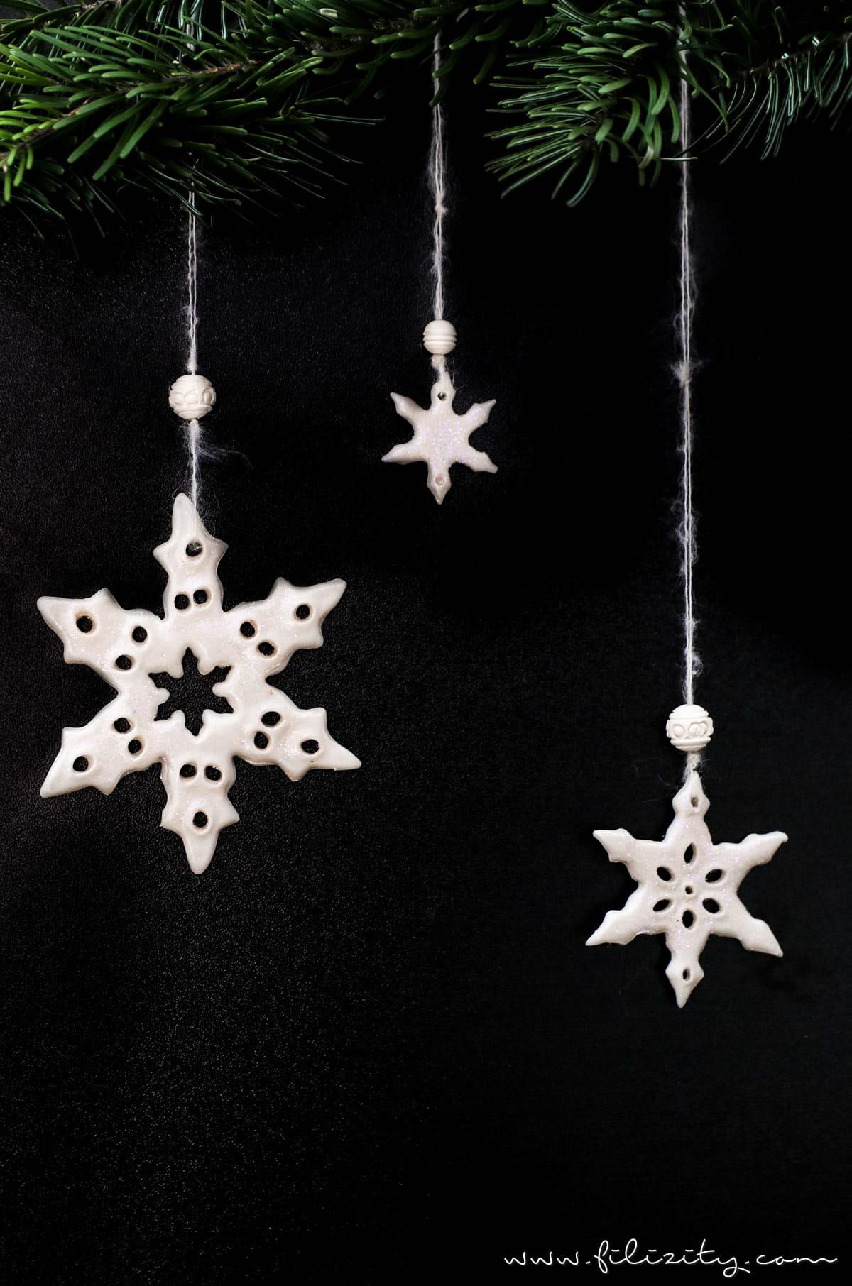 DIY Winter & Weihnachtsdeko: Kaltporzellan Schneeflocken Fenster-/Baum-Anhänger selber machen | Filizity.com | DIY-Blog aus dem Rheinland #weihnachtsdeko #kaltporzellan #schneeflöckchen
