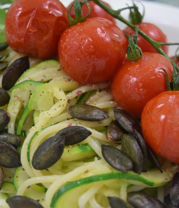 Zucchini-Spaghetti mit glasierten Tomaten und Kürbiskernen