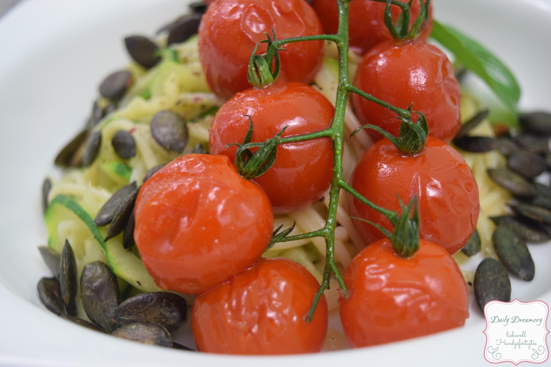 Zucchini-Spaghetti mit glasierten Tomaten und Kürbiskernen  |  A Little Fashion  |  https://www.filizity.com/food/zucchini-spaghetti-tomaten-kuerbiskerne