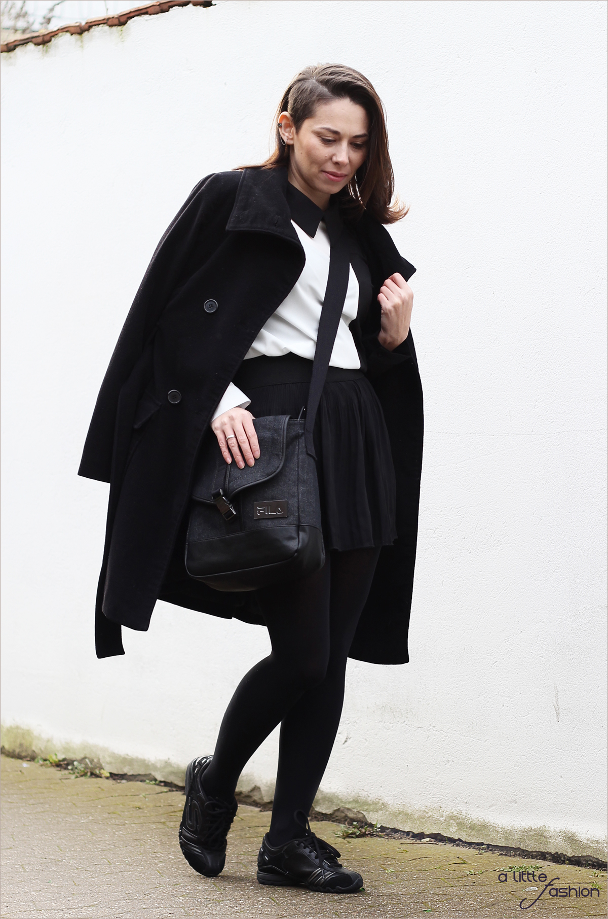 fashion_outfit_style_monochrome_bluse_rock_sneakers_messenger-bag2