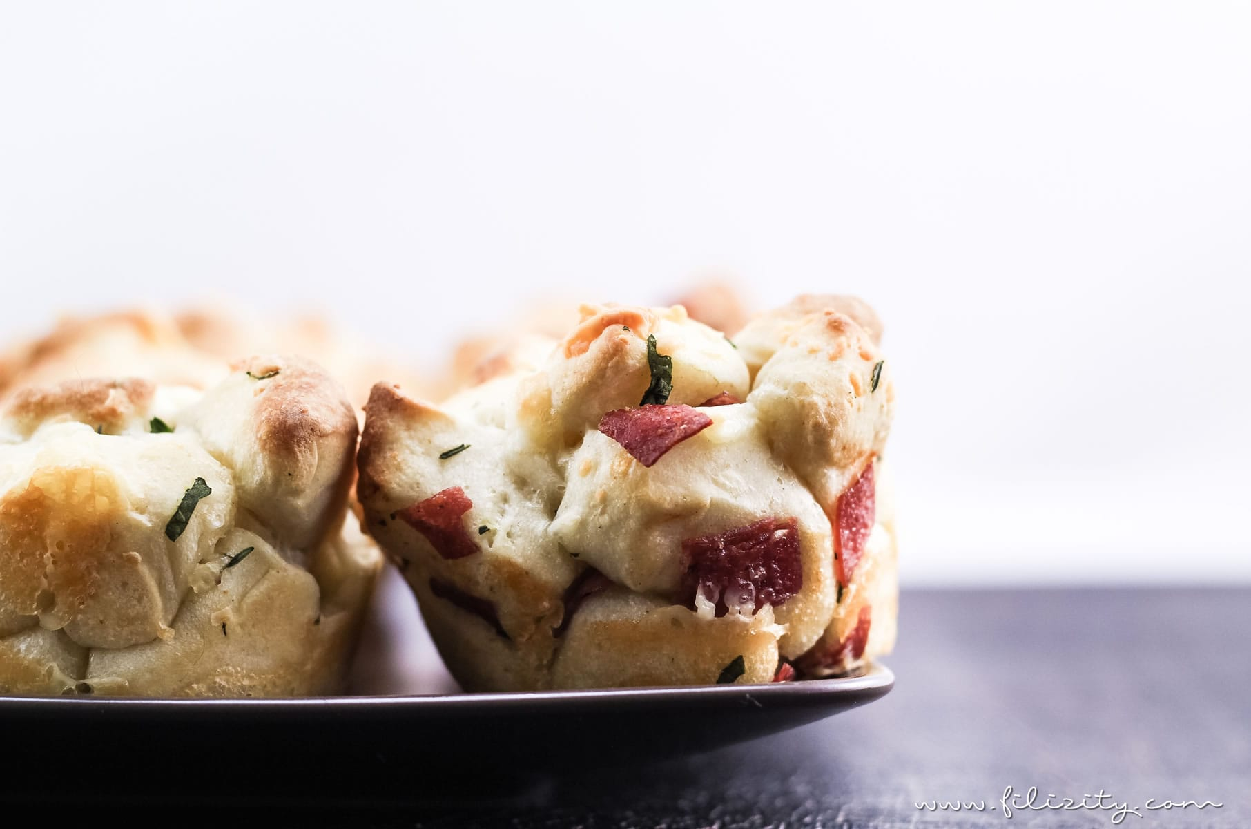 Schnelle Pizza-Muffins - Leckeres Fingerfood für's Party-Buffet | Filizity.com | Food-Blog aus dem Rheinland #partyfood #silvester #nye #pizza