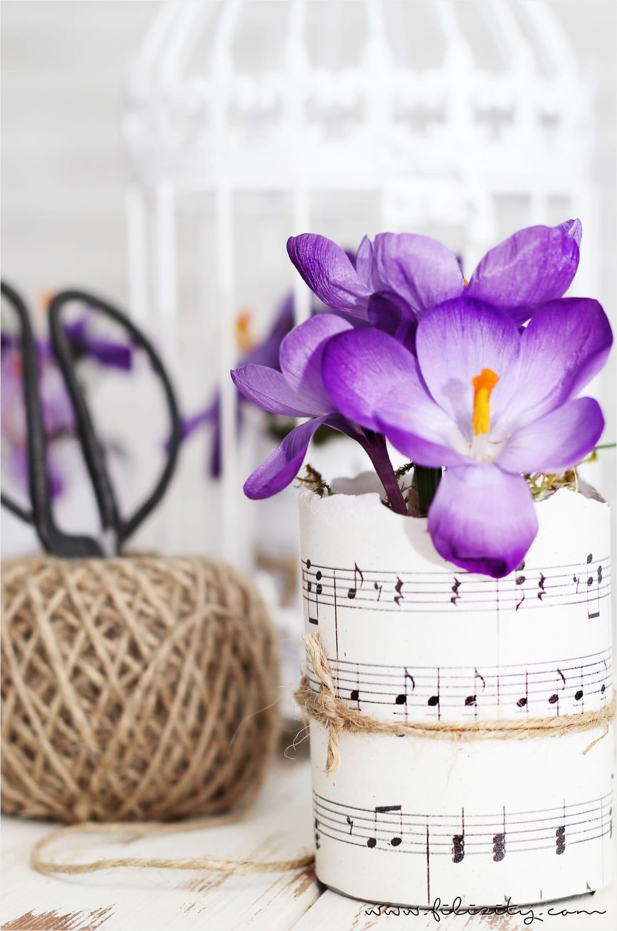 Blumentöpfe aus Dosen und Notenblättern