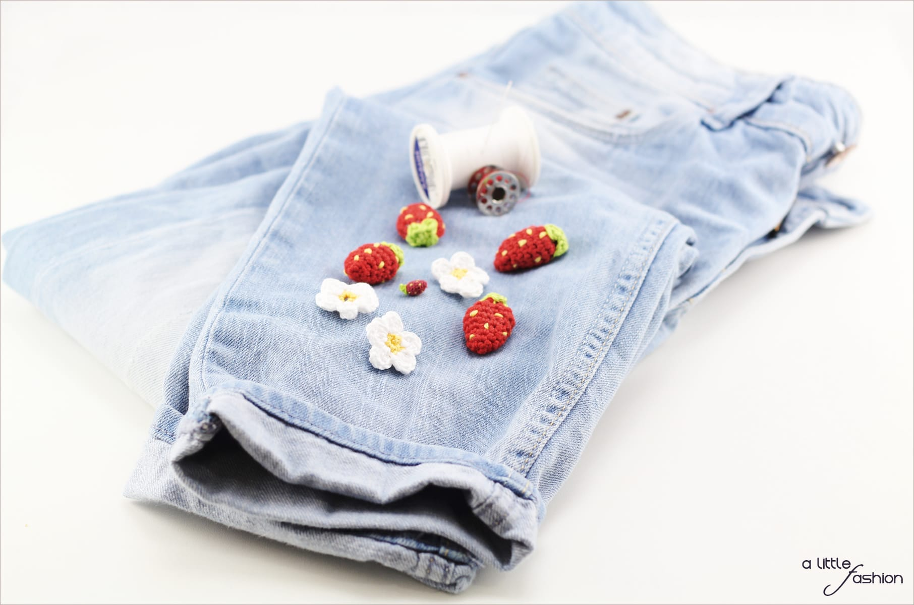 Patch it up! Jeanshose mit Häkel-Erdbeeren aufpeppen | A Little Fashion | https://www.filizity.com/diy/patch-it-up-jeanshose-mit-haekel-erdbeeren-aufpeppen