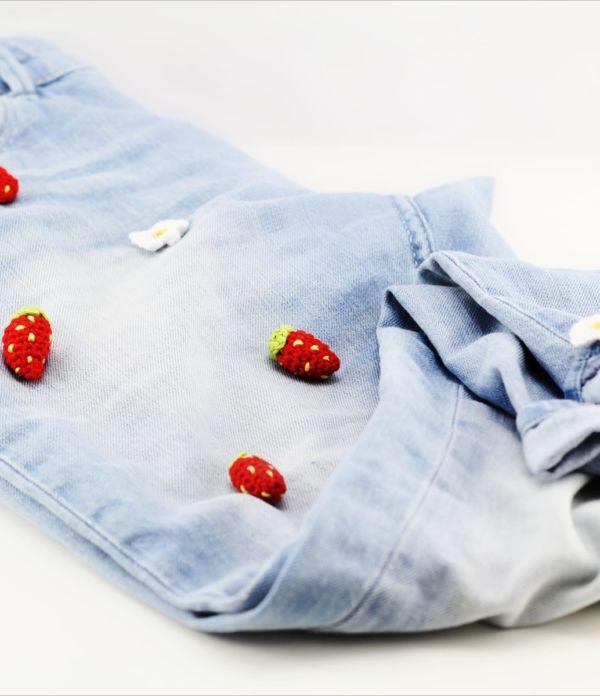 Patch it up! Jeanshose mit Häkel-Erdbeeren aufpeppen