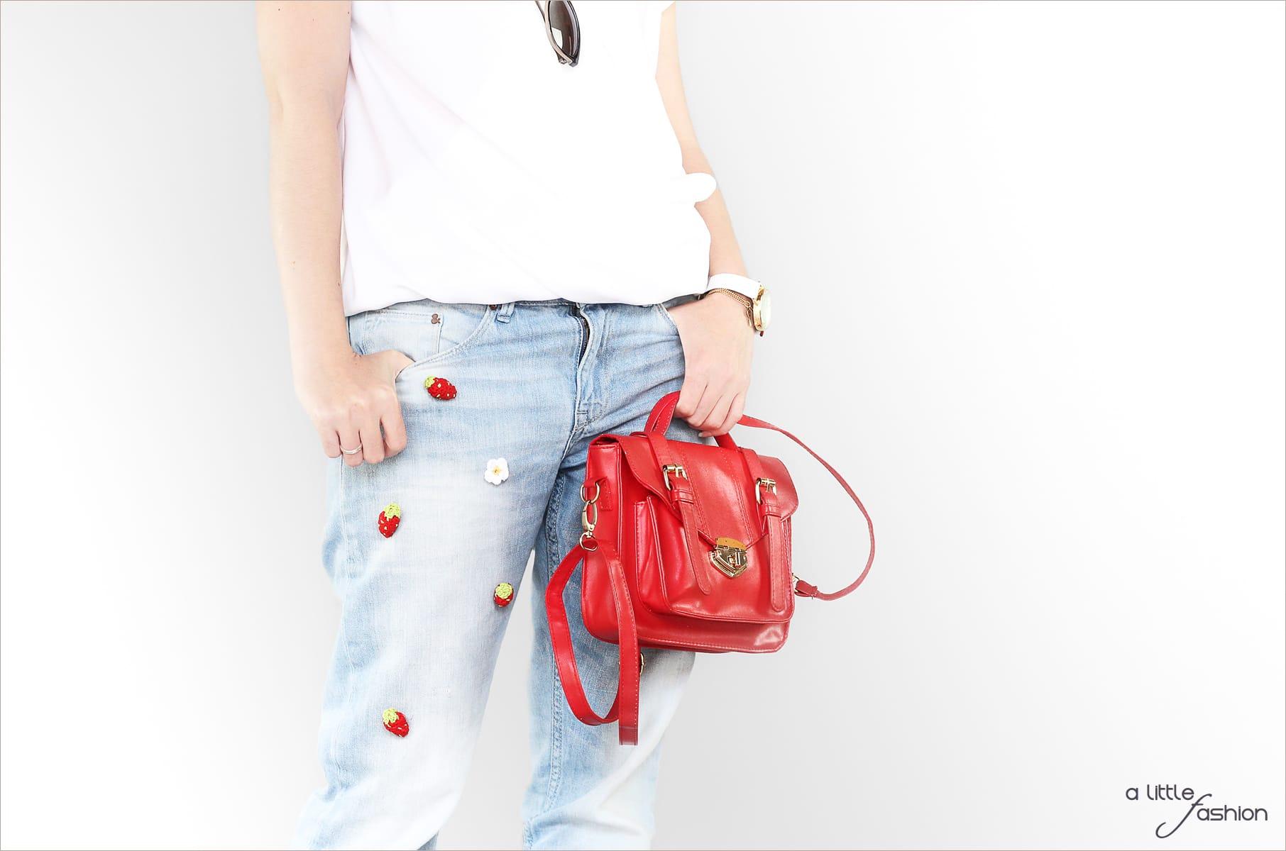 Patched Boyfriend Jeans mit Pumps und Bluse