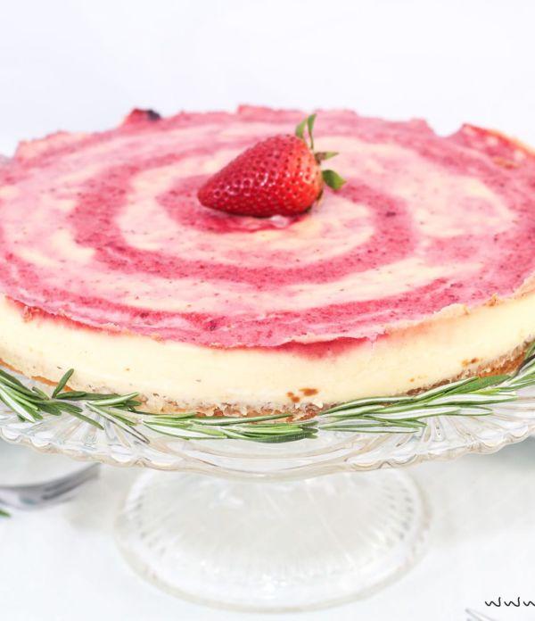 Erdbeer-Pudding-Kuchen mit Pfeffer und frischem Rosmarin