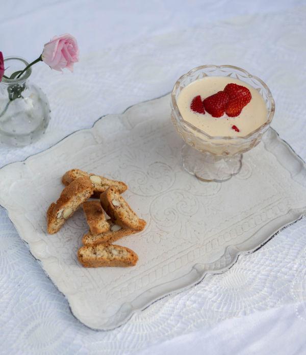 Weinschaumcreme mit frischen Erdbeeren
