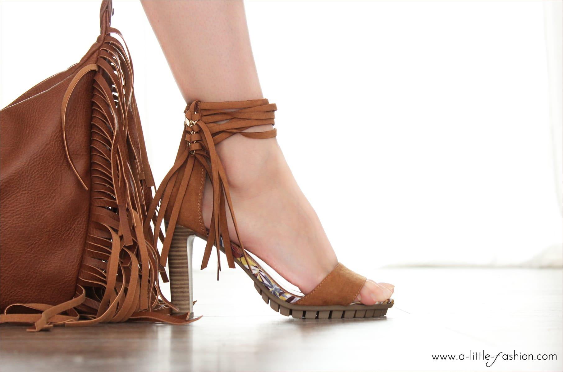 Totally Fringed  – Fransen-Sandaletten und Off-Shoulder-Kleid