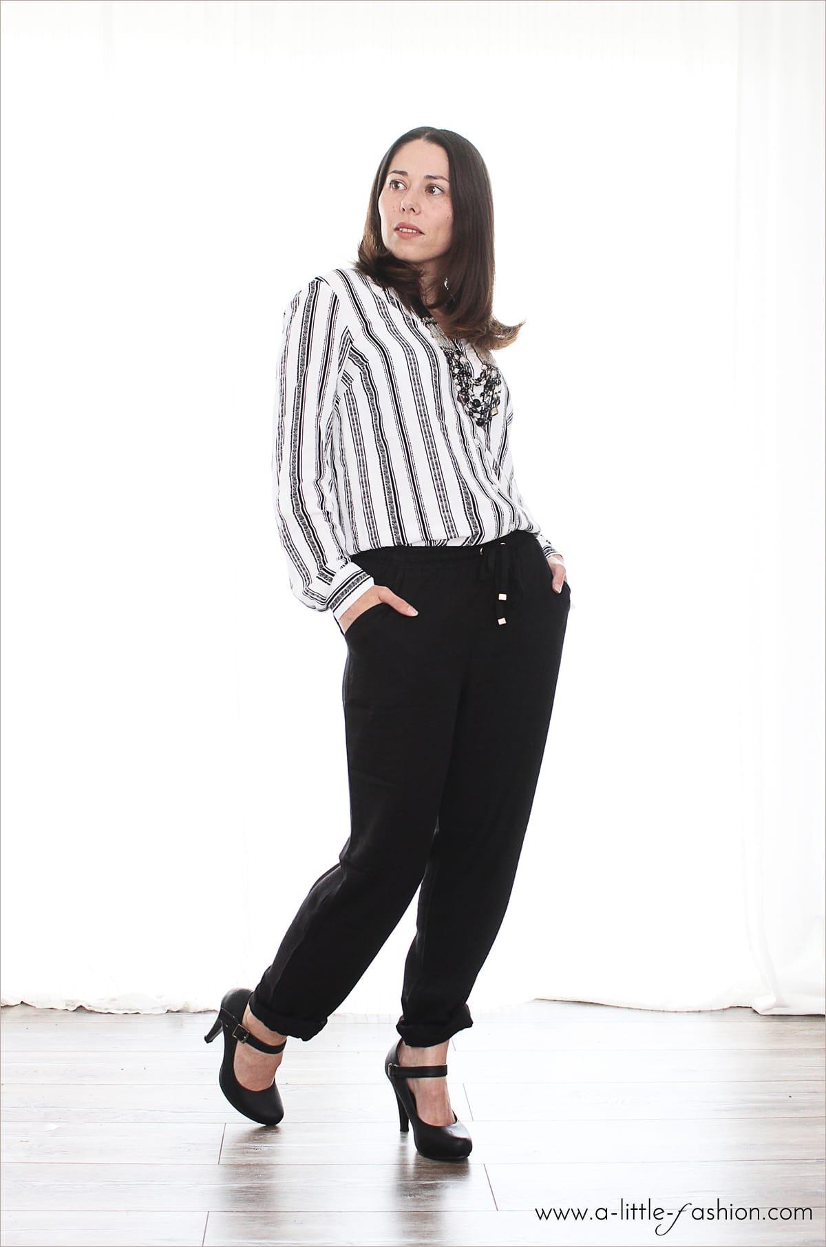 Outfit mit schwarzer Jogging-Hose, gestreifter Bluse und Pumps