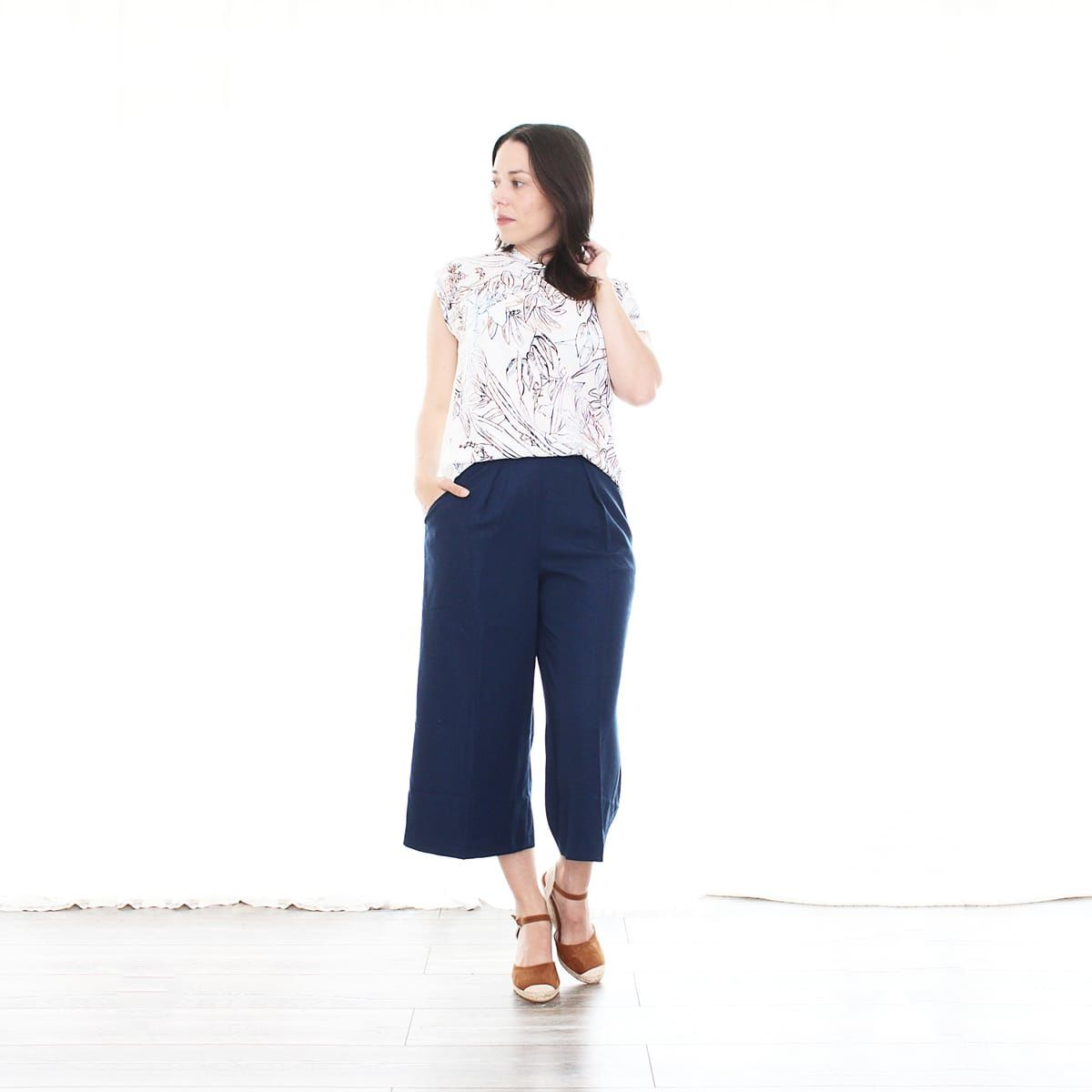 sommer-outfit_culotte_blumen-shirt_blau_wedges_keil-pumps_fashion_style_zalando2q-min