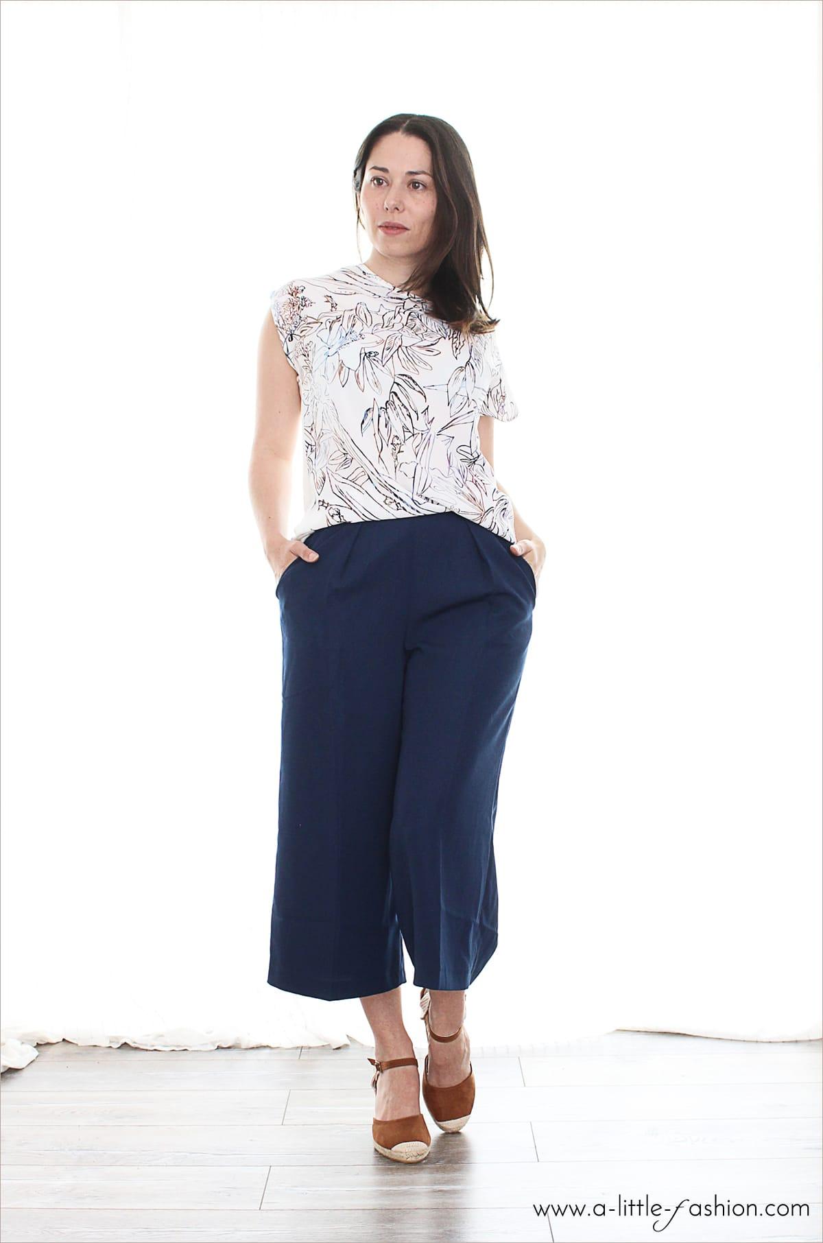 sommer-outfit_culotte_blumen-shirt_blau_wedges_keil-pumps_fashion_style_zalando4-min