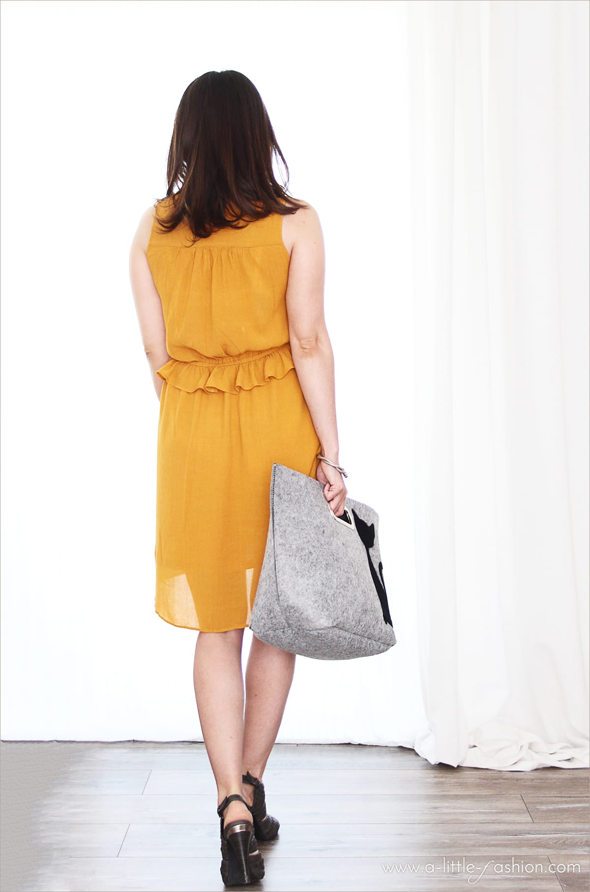 Outfit mit gelbem Kleid und Filztasche von Daily Dreamery