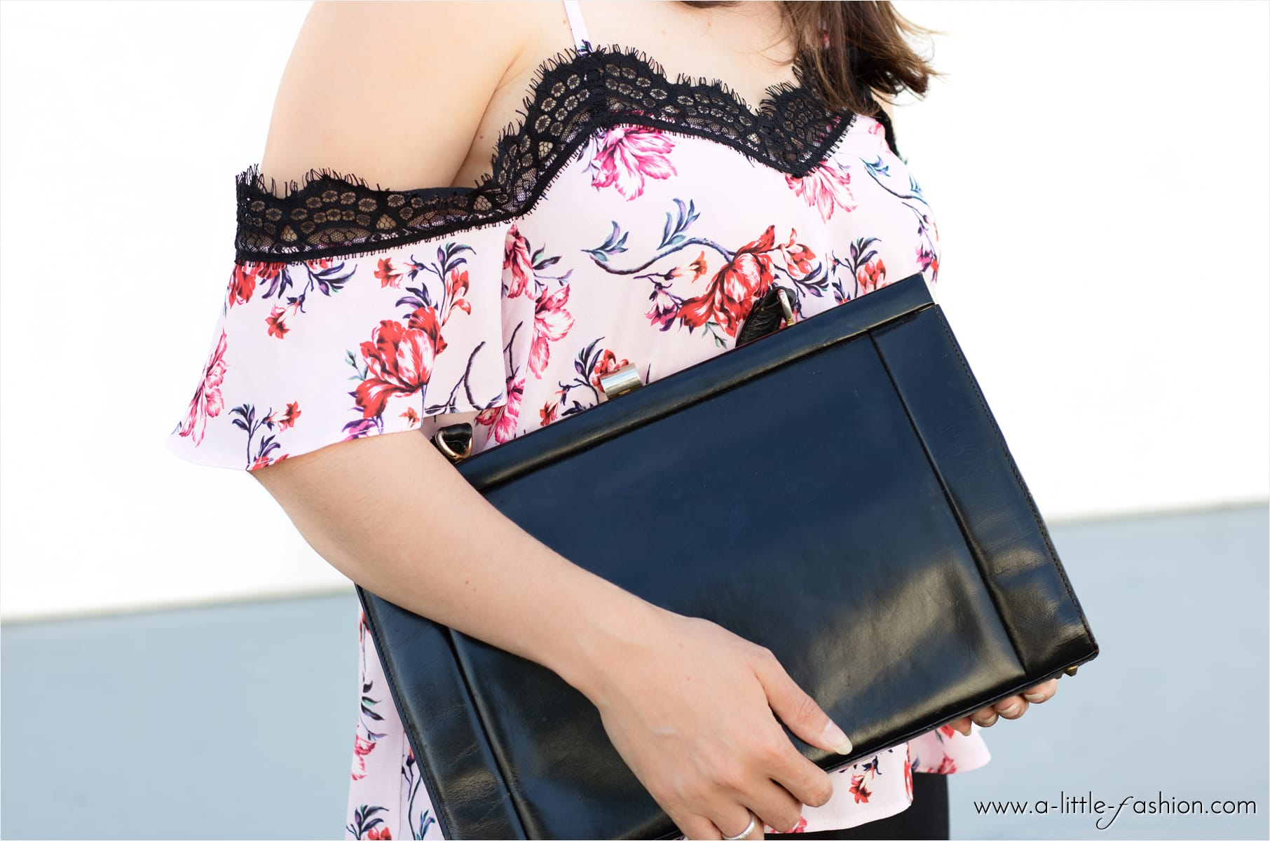 Outfit im Lingerie-Look mit Offshoulder-Blumentop und Palazzo-Hose | A Little Fashion