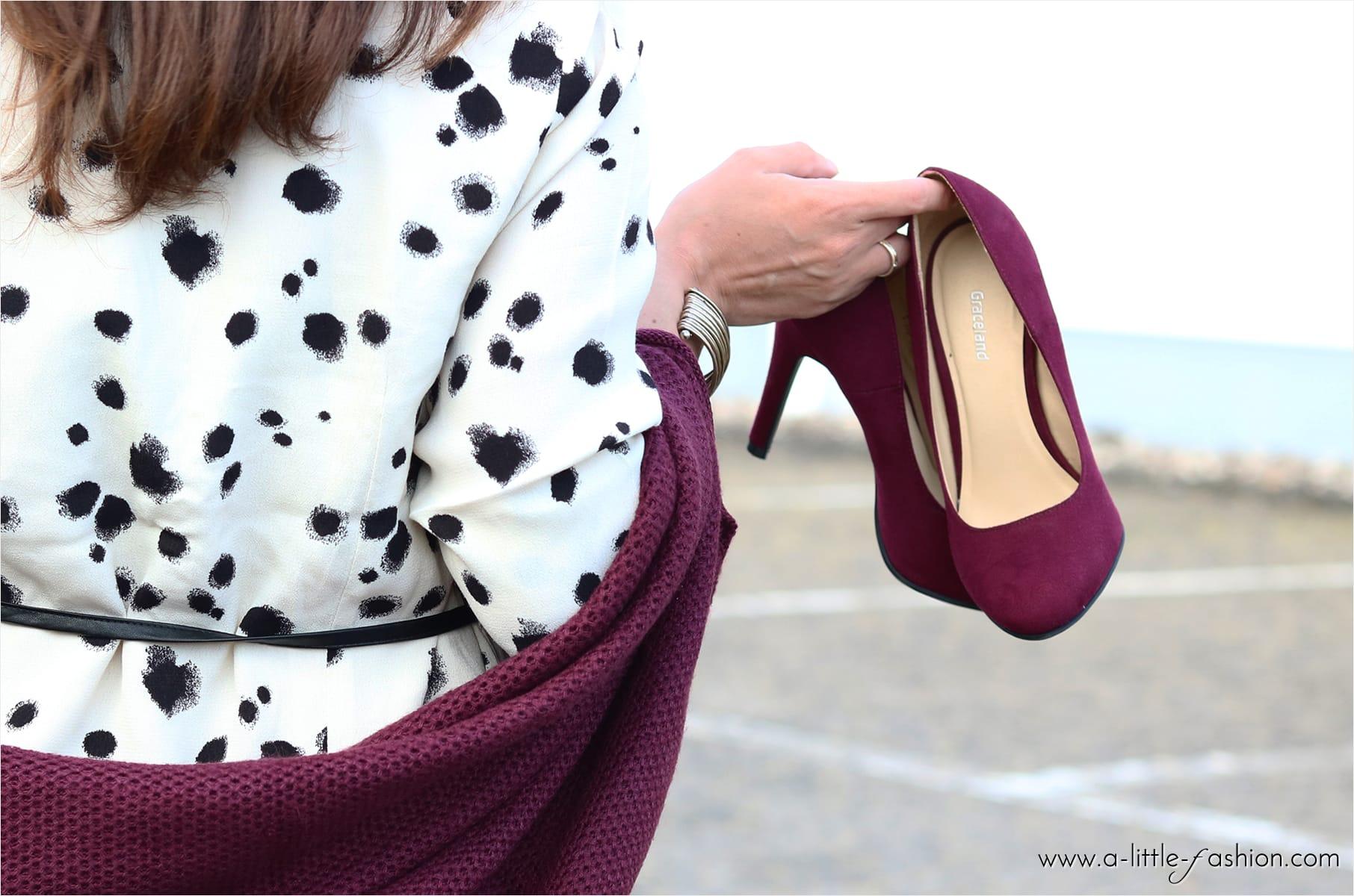 Leo-Print-Kleid und rote Strickjacke: Hallo Herbst