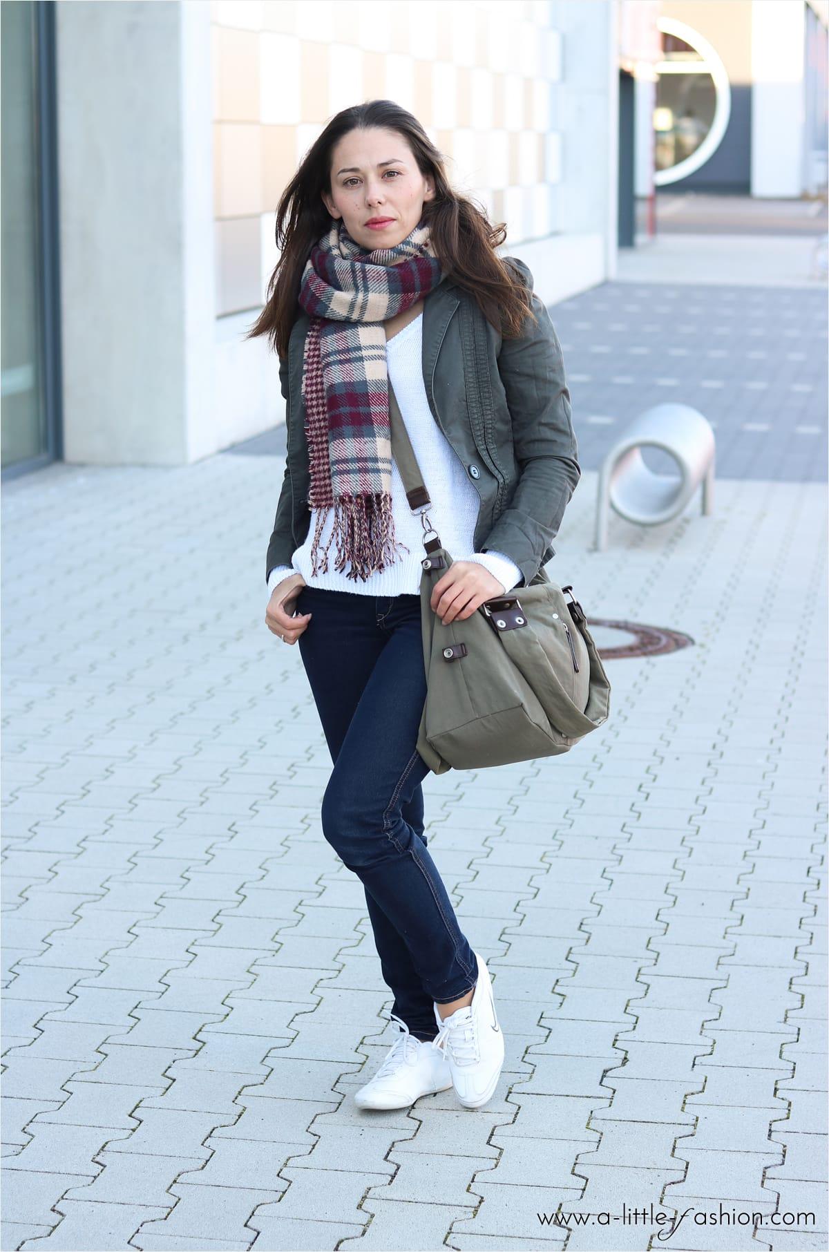 Outfit mit Basics - sportlicher Look mit Jeans, Pullover und Blazer-Jacke