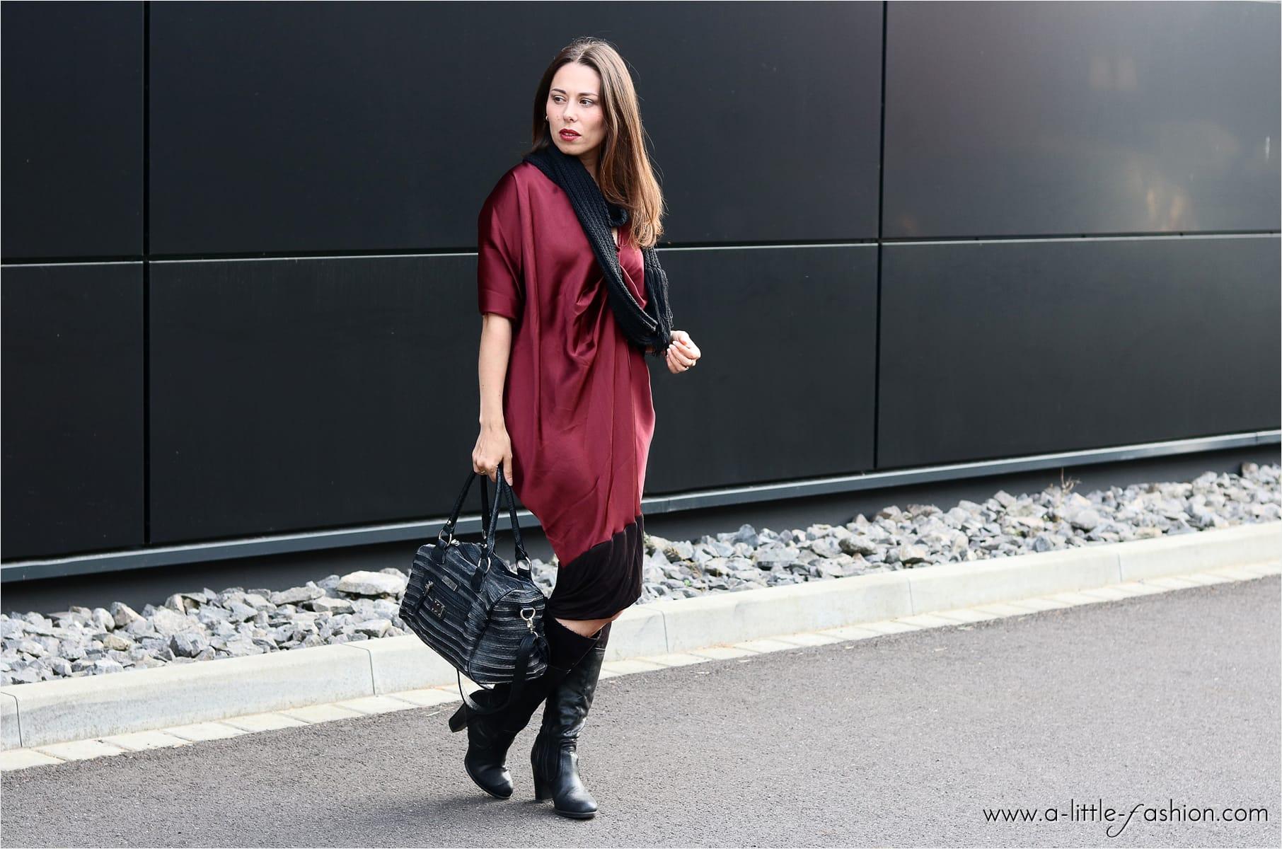 Satin-Kleid im alltagstauglichen Cozy Outfit mit Stiefeln und Fransen-Loop