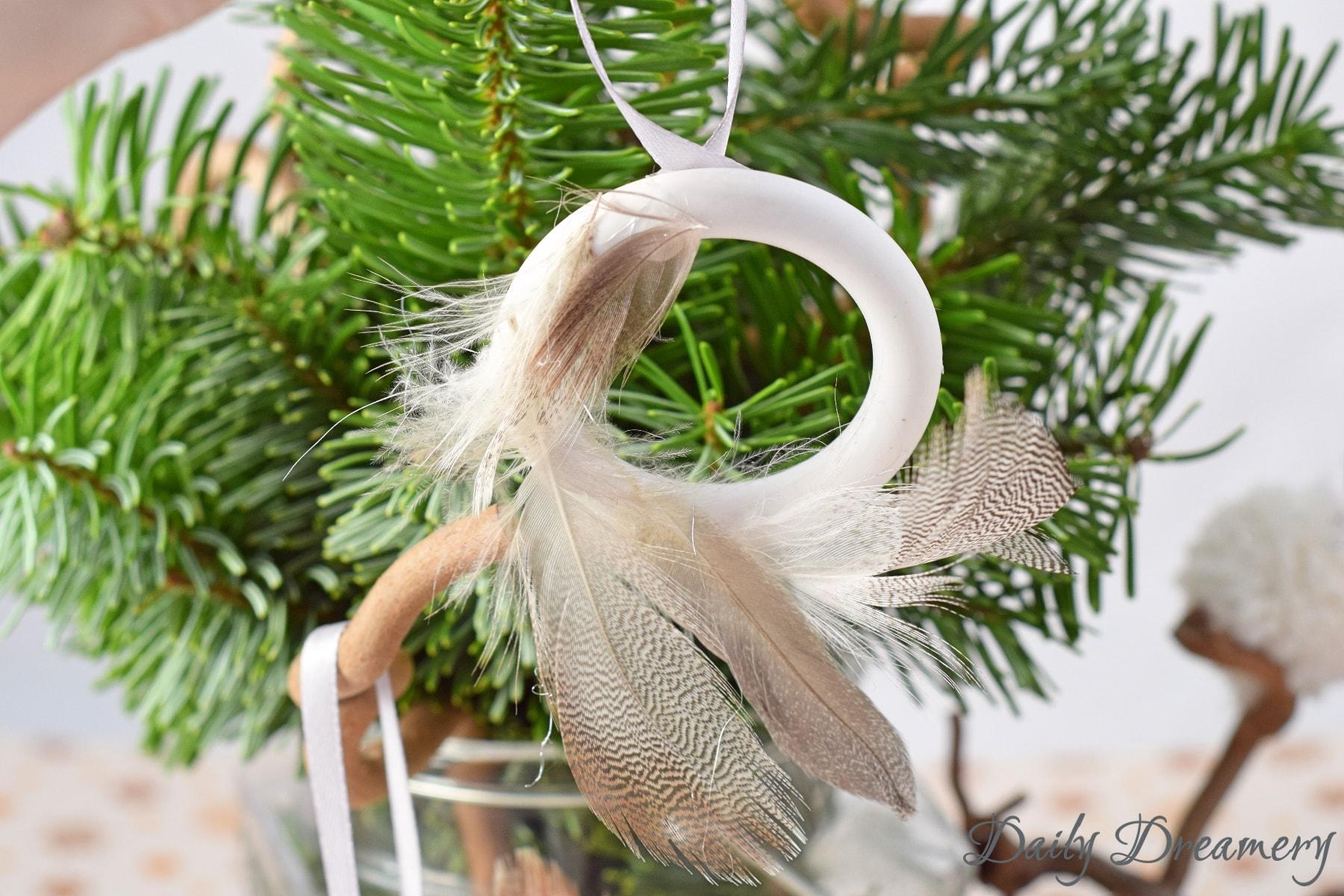 Baumschmuck aus Federn und Gardinenringen