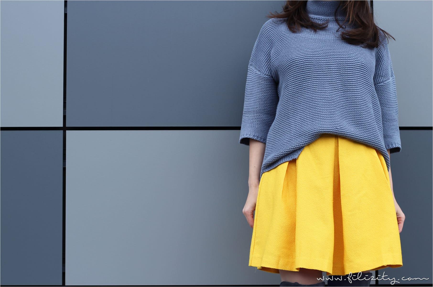 Winter-Outfit mit gelbem Rock, Overknees und Kuscheljacke