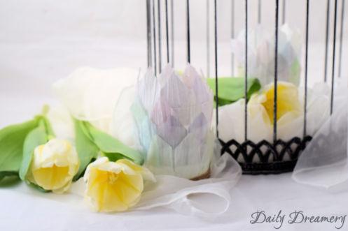 Frühlingshafte Teelicht-Halter aus Papiergarn