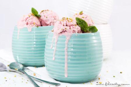 Erdbeer-Mascarpone-Eis mit Basilikum