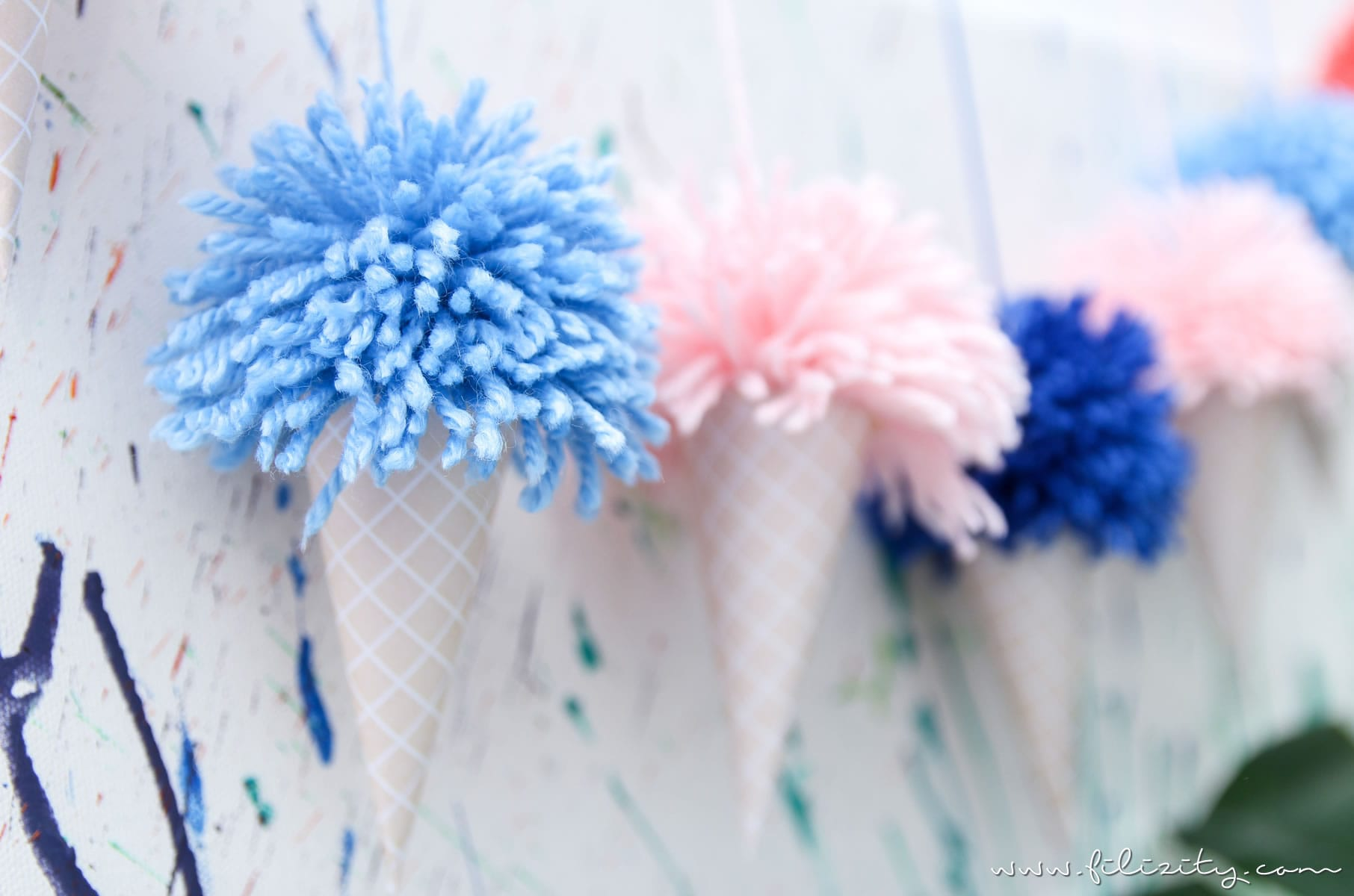Sommer-Party: Eis-Girlande mit Pom Pons - DIY Party Deko