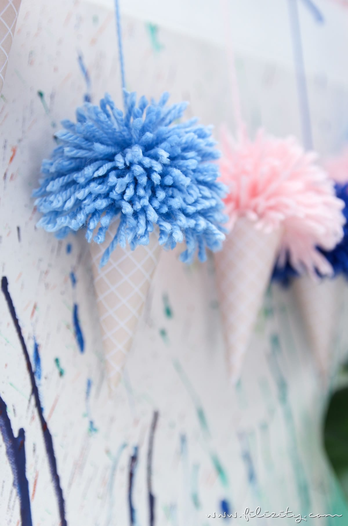 Sommer-Party: Eis-Girlande mit Pom Pons - DIY Party Deko