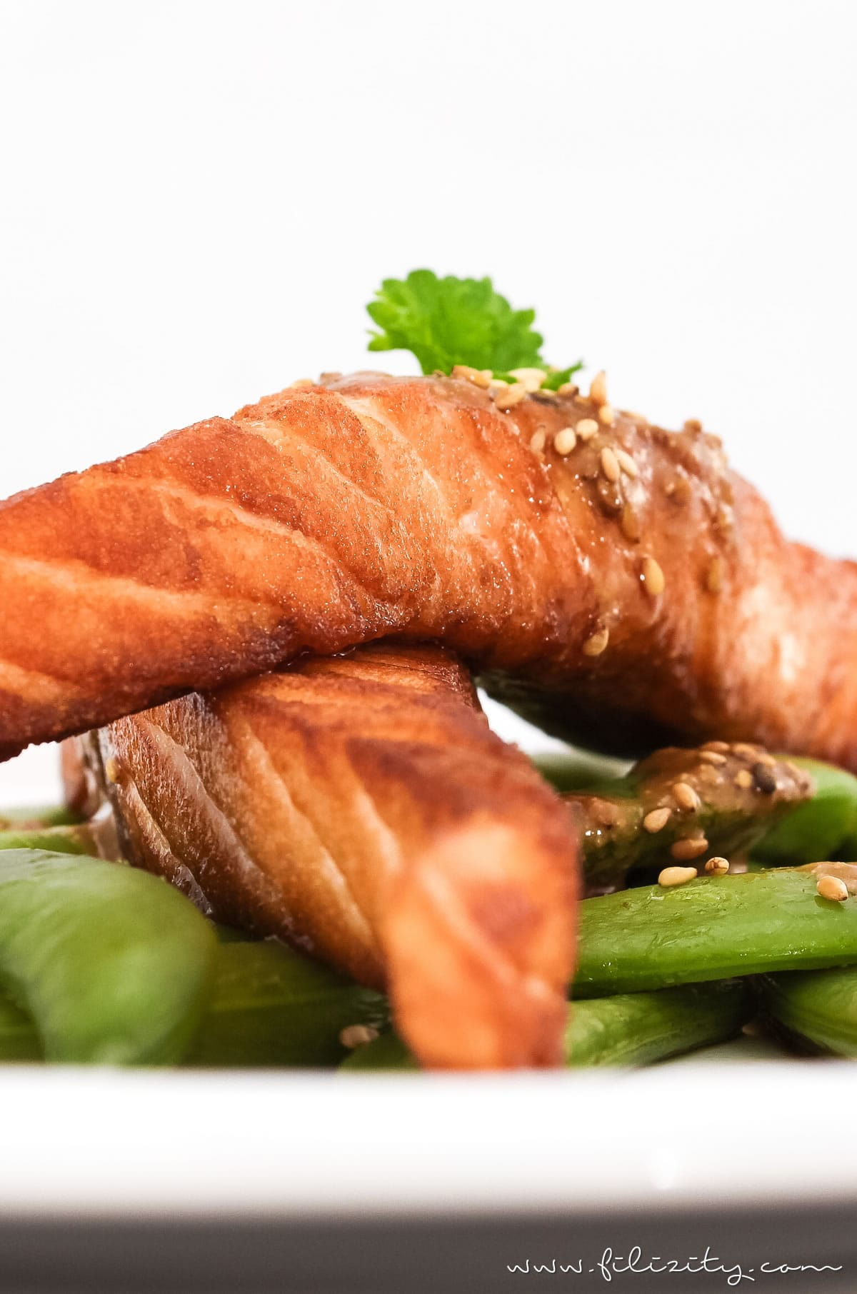 Spätsommerliches Rezept: Lachs mit Sesam-Soße und Zuckerschoten