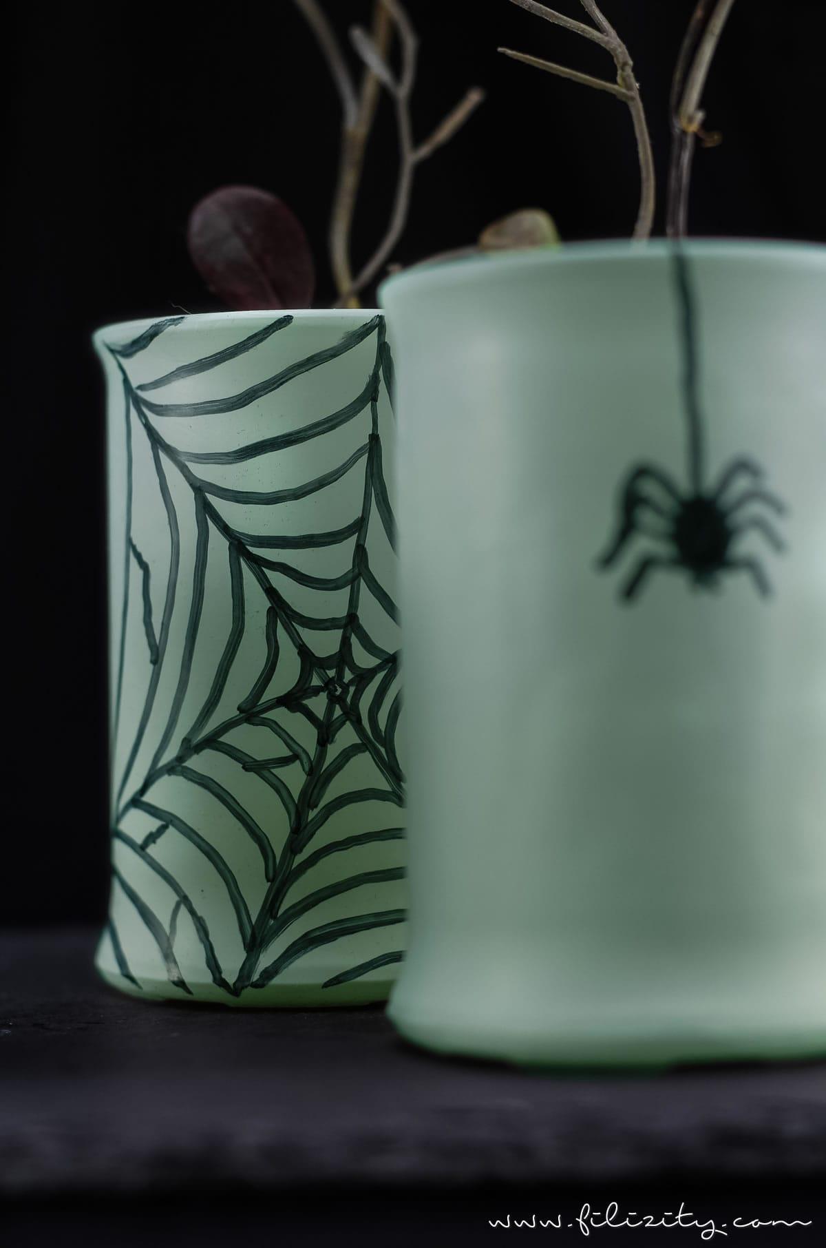 Einfache Halloween Deko Idee: Glow in the dark Vasen selber machen   Filizity.com   DIY-Blog aus dem Rheinland #halloween #deko