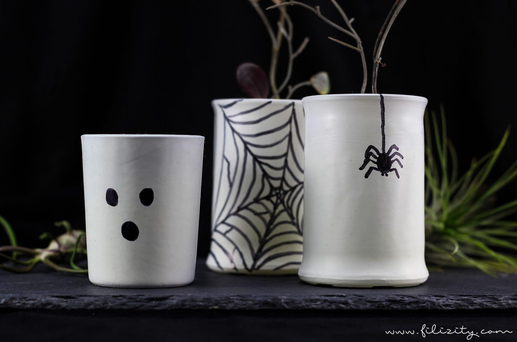Einfache Halloween Deko Idee: Glow in the dark Vasen selber machen | Filizity.com | DIY-Blog aus dem Rheinland #halloween #deko