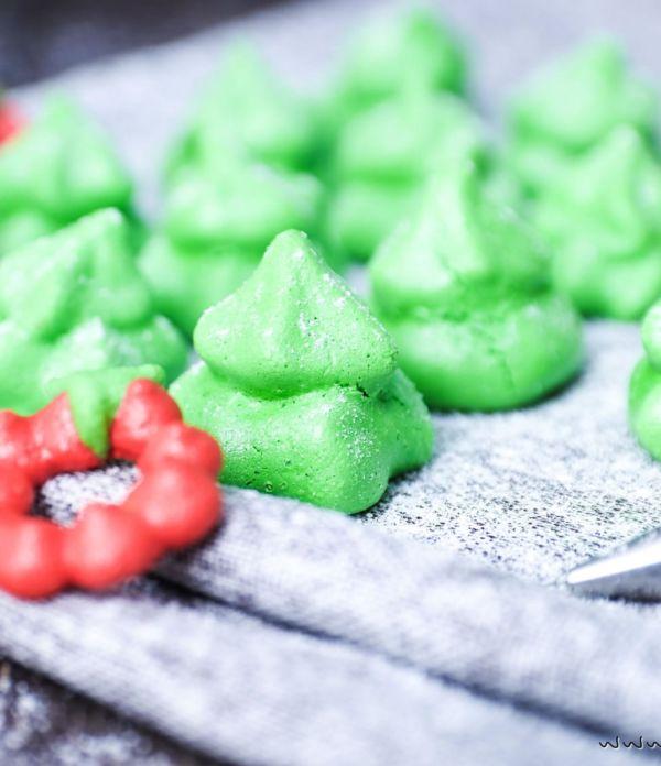 Baiser Tannenbäumchen und Weihnachtskränze