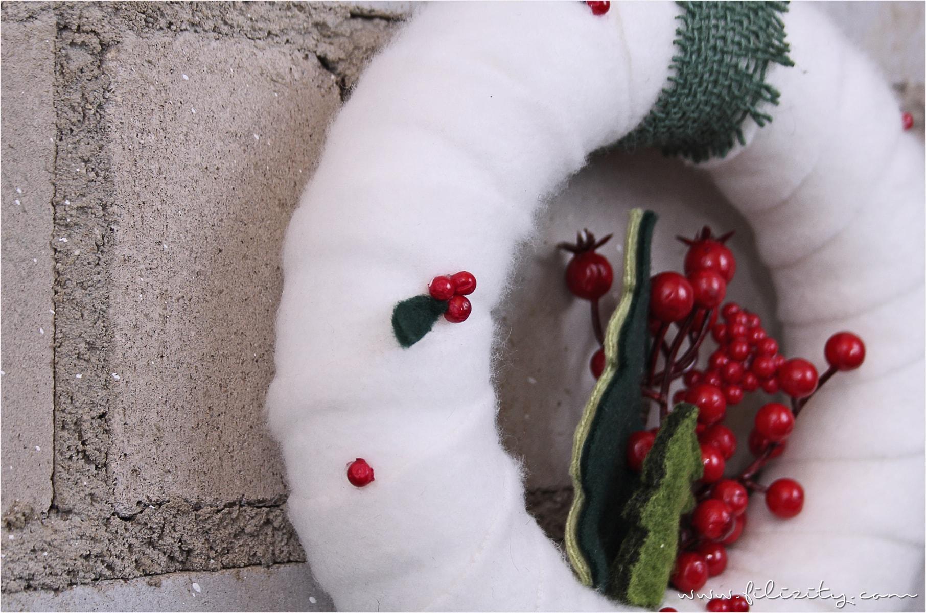 DIY-Deko: Weihnachtlicher Türkranz mit Tannen und Beeren #weihnachten #adventskranz #türkranz