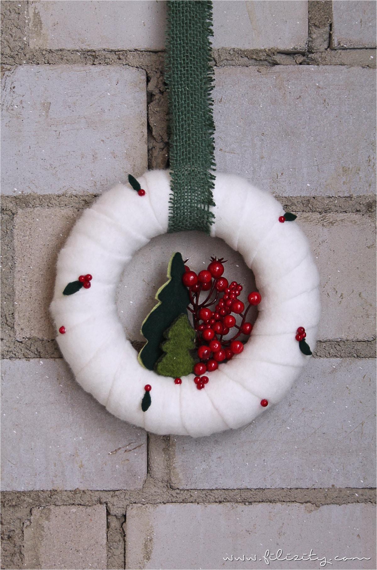 DIY-Deko: Weihnachtlicher Türkranz mit Tannen und Beeren