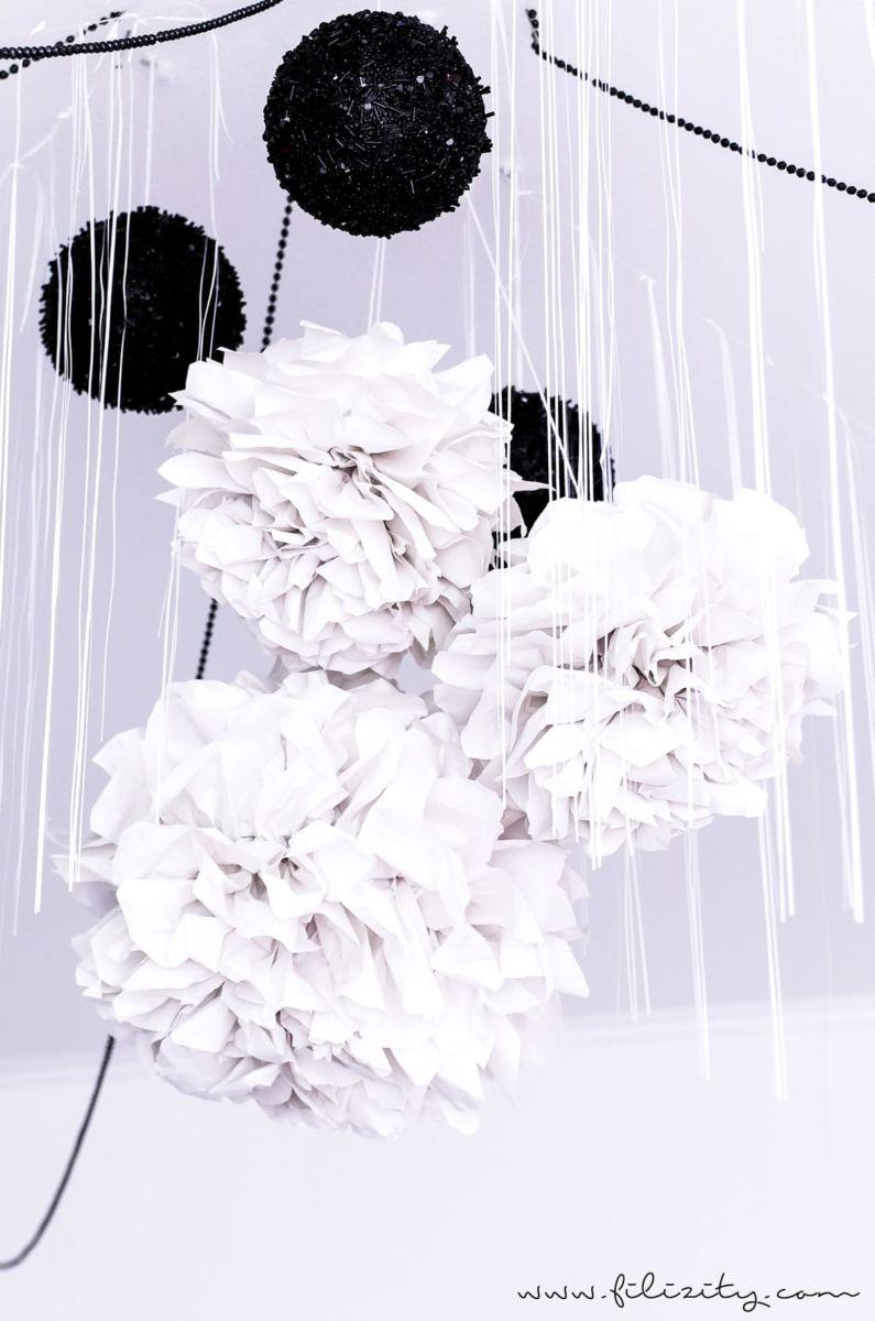 diy party deko so einfach kannst du aus einer papiertischdecke zauberhafte pompons basteln. Black Bedroom Furniture Sets. Home Design Ideas