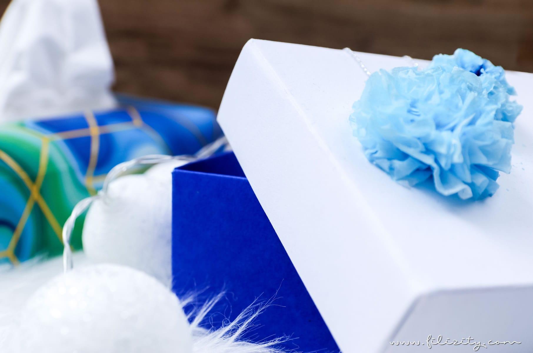 3 weihnachtliche DIY-Ideen mit Taschentüchern | Geschenkverpackung mit Taschentuch-Bommeln | Filizity.com | DIY-Blog aus dem Rheinland #weihnachten #weihnachtsdeko #tempo