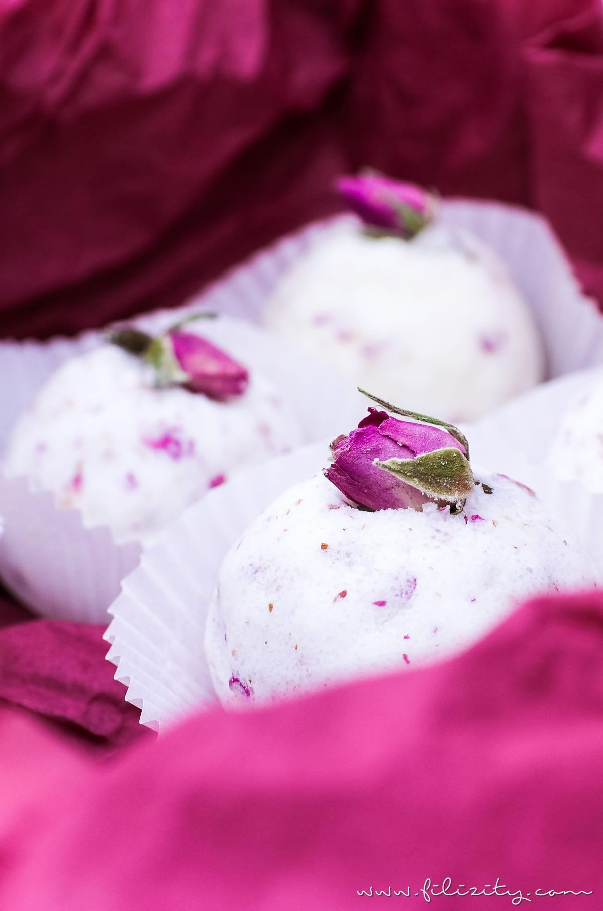 DIY Badebomben mit Rosen selber machen - Wellness & Geschenkidee für Valentinstag | Filizity.com | Beauty- & DIY-Blog aus dem Rheinland #valentinstag #geschenkidee #muttertag