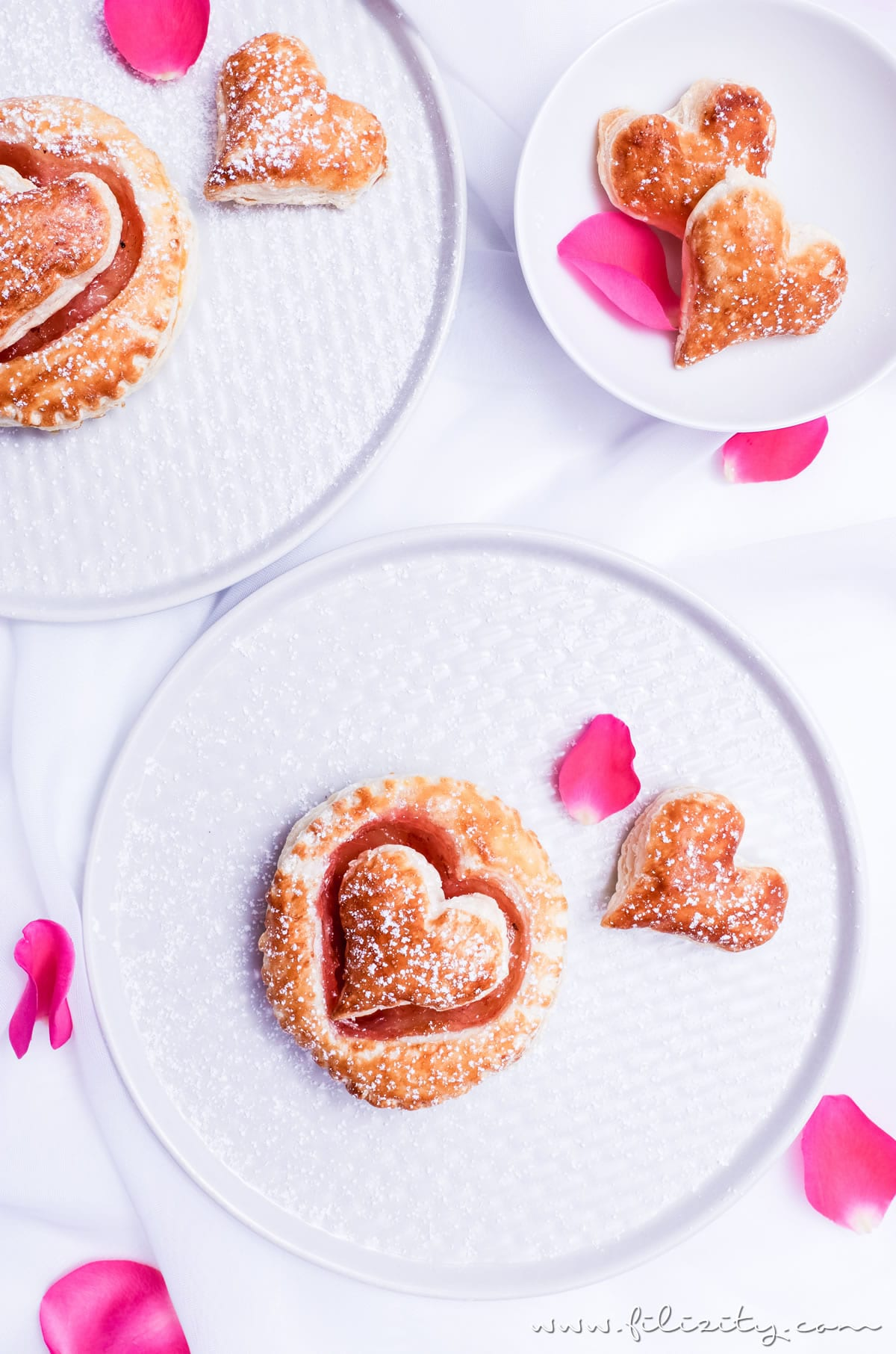 Rezept für Schnelle Blätterteig-Herzen mit Marmelade | Teilchen backen ganz einfach und perfekt für Valentinstag, Muttertag und Hochzeitsfeiern | Filizity.com | Food-Blog aus dem Rheinland #valentinstag #muttertag #hochzeit