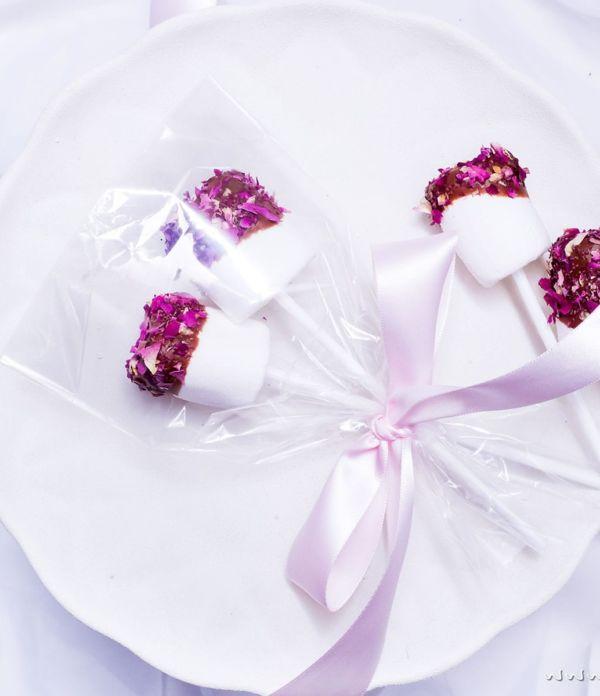 Geschenke aus der Küche: Marshmallow Pops mit Rosen