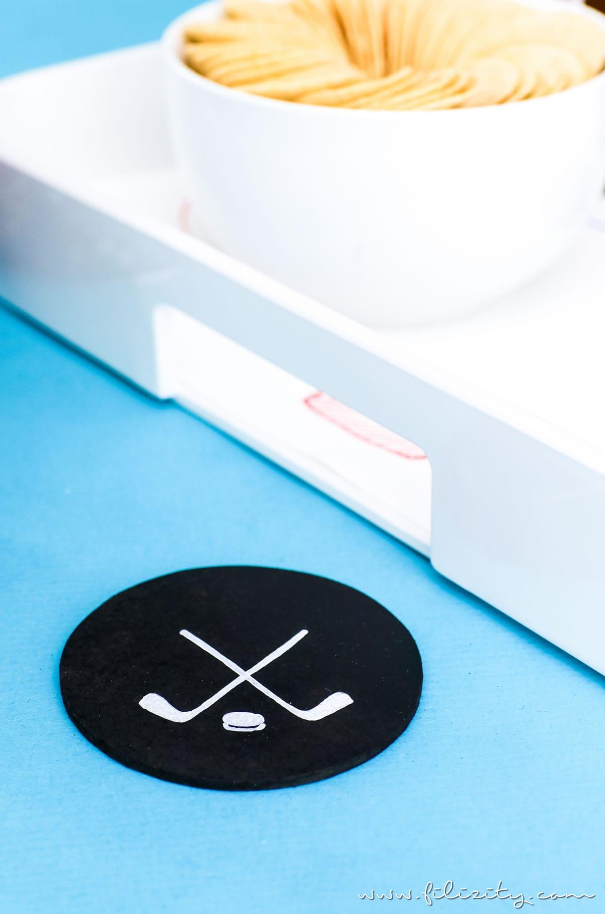 Deko Ideen für die Eishockey WM zum Selbermachen | DIY Eishockeyfeld-Tablett und Puck-Untersetzer für Eishockey Fans | Filizity.com | DIY-Blog aus dem Rheinland #eishockey #hockey #icehockey #party