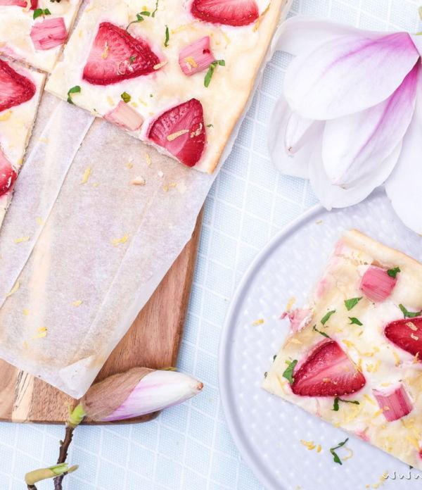 Frühlings-Rezept: Erdbeer-Rhabarber-Flammkuchen