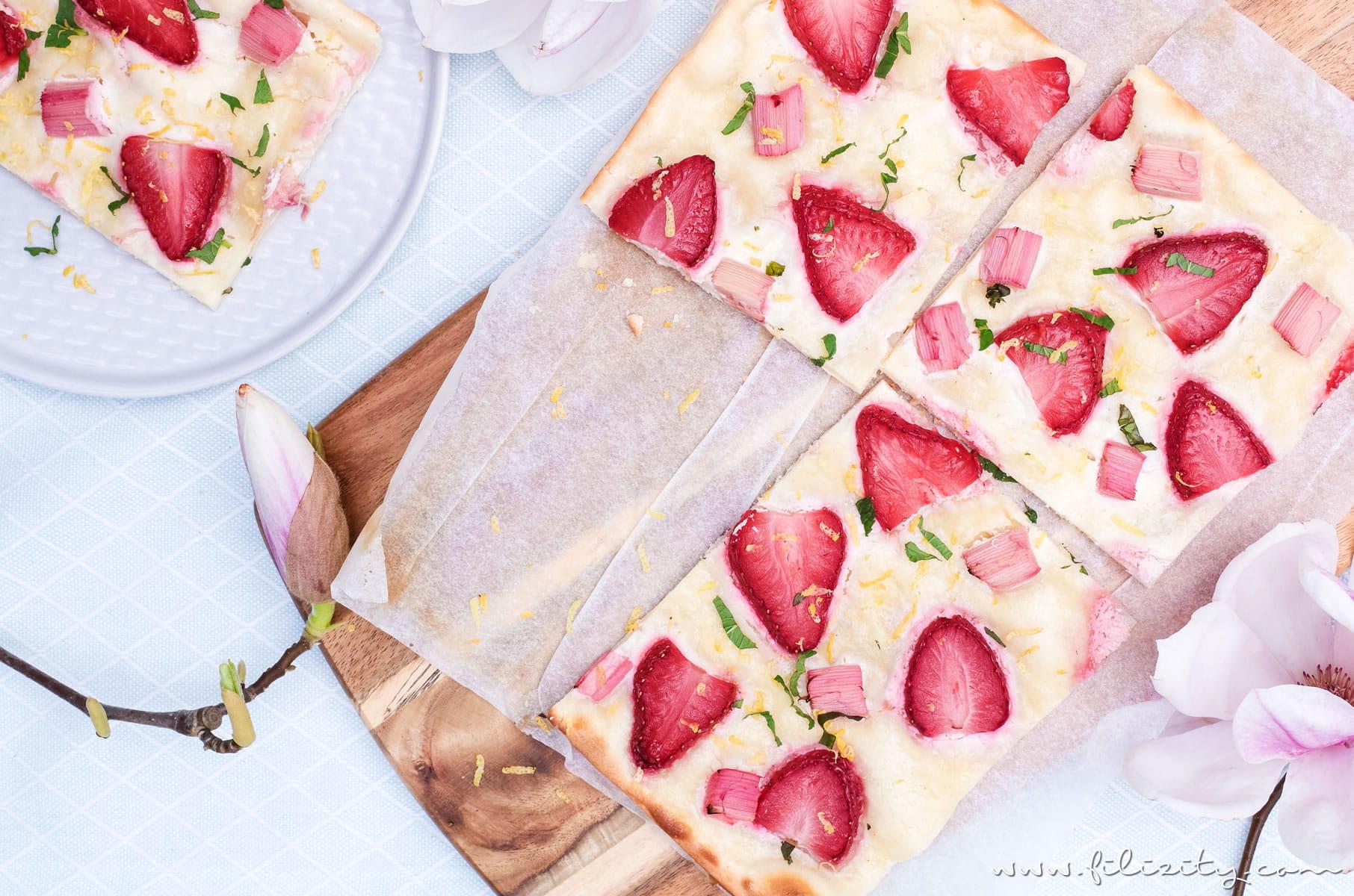 Erdbeer-Rhabarber-Flammkuchen | Süße Variante des klassischen Elsässer Flammkuchens | Leckeres Rezept für Frühling & Sommer | Filizity.com | Food-Blog aus dem Rheinland #flammkuchen
