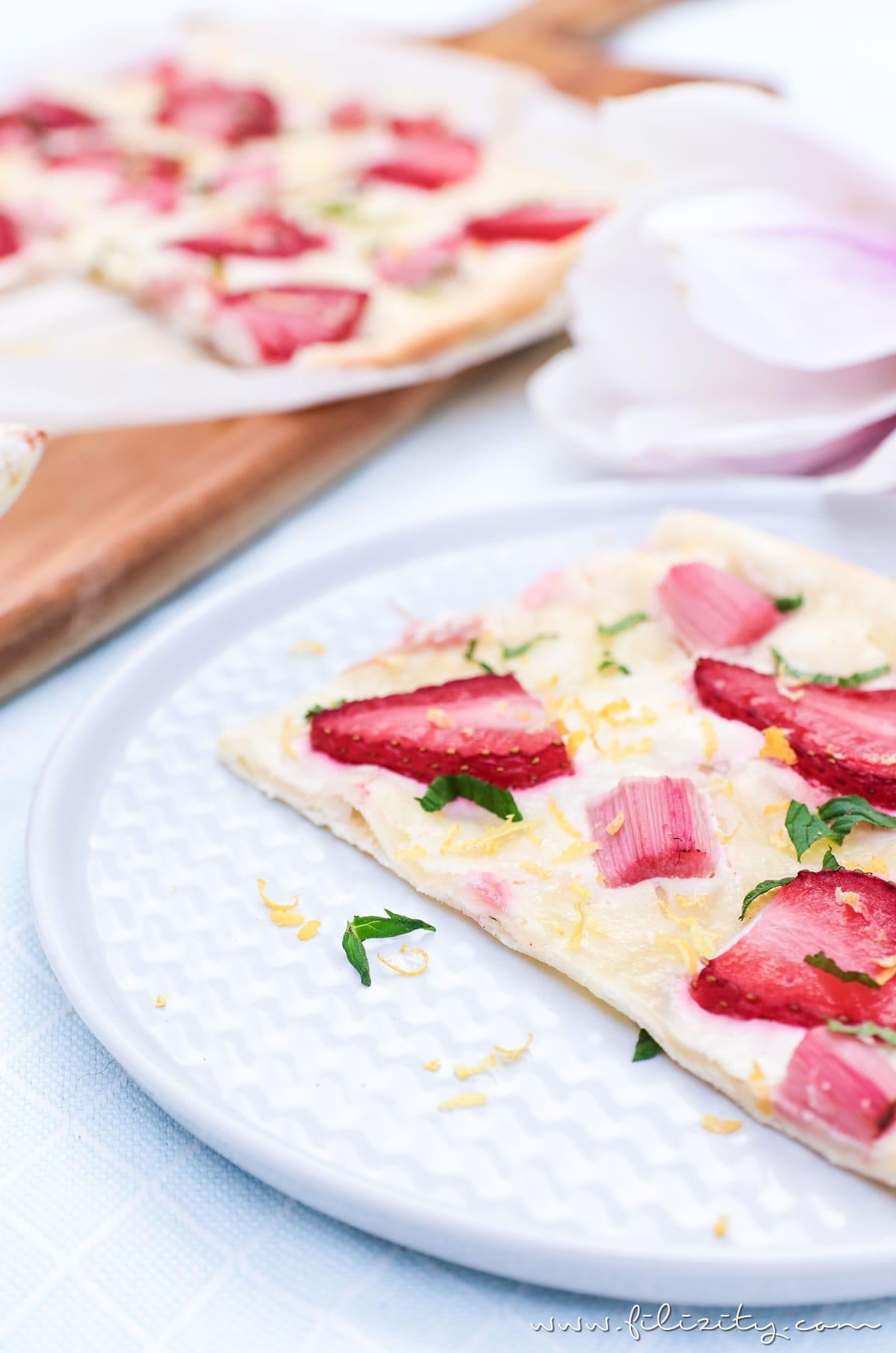 Flammkuchen mit Rhabarber und Erdbeeren - Schnelles Rezept | Filizity. Kreativmagazin & Food-Blog #rhabarber #flammkuchen #erdbeeren