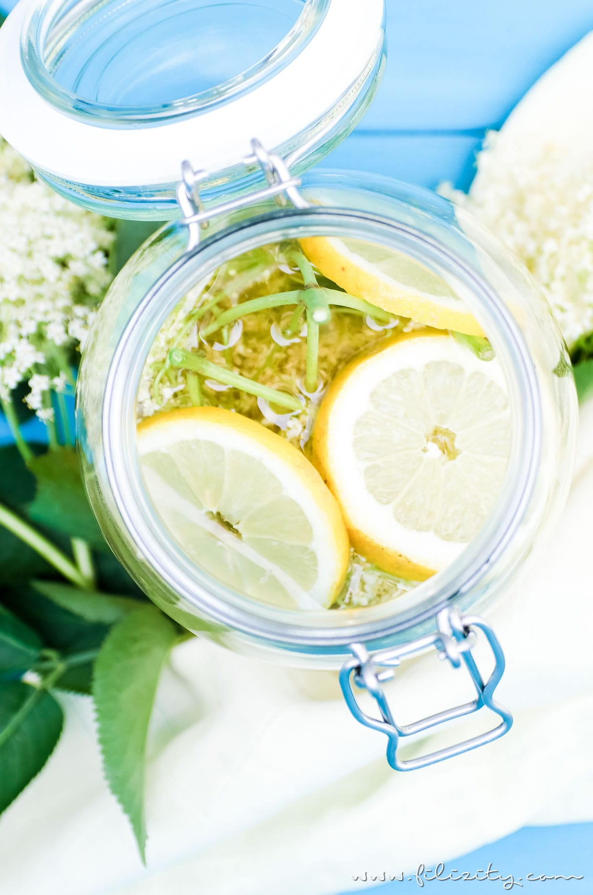 Holunderblüten-Sirup / Hollersirup selber machen - So geht's | Einfaches Rezept mit nur 3 Zutaten | Filizity.com | Food-Blog aus dem Rheinland #holunder #holler #sommer