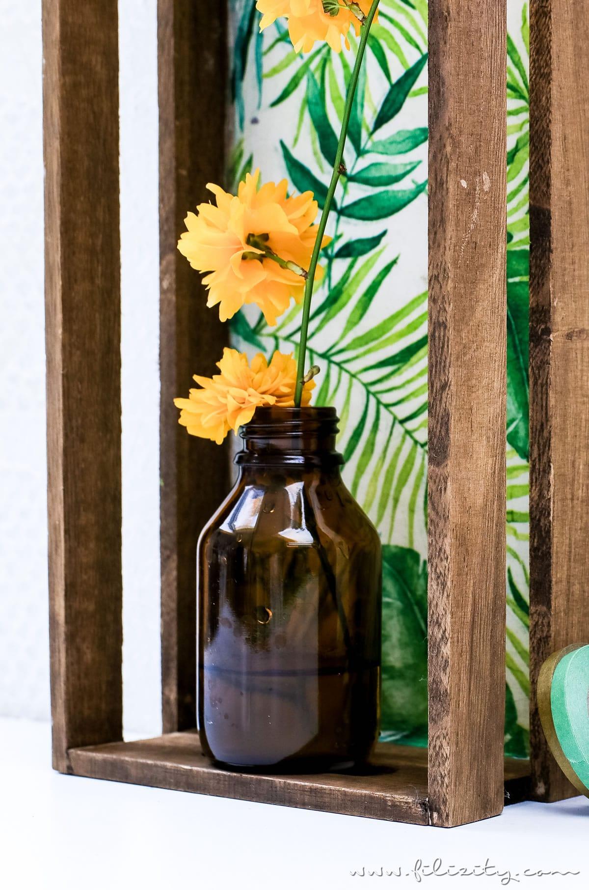 Schöne Upcycling-Idee: DIY Blumenregal / Blumendisplay aus einem Holztablett | Schöne Deko selber machen | Filizity.com | Interior- & DIY-Blog aus dem Rheinland #upcycling #recycling #urbanjungle